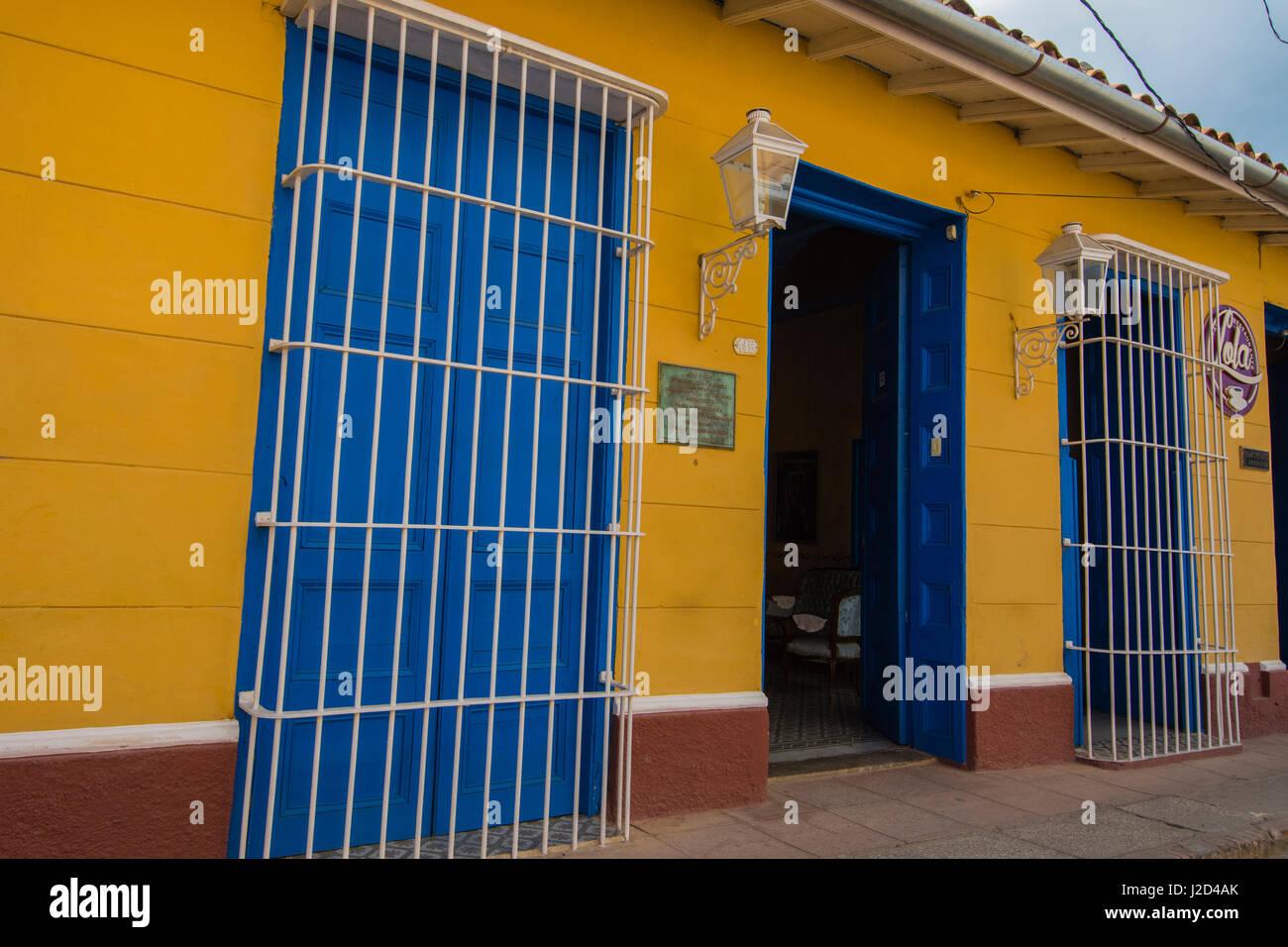 Kuba, Provinz Sancti Spiritus, Trinidad. Bunt bemalte Häuser säumen die Straßen von kolonialen Trinidad. Stockbild