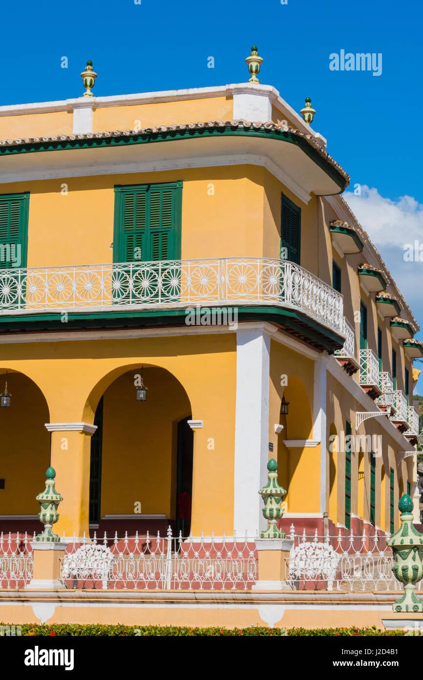 Kuba, Provinz Sancti Spiritus, Trinidad. Reich verzierte Gebäude säumen den Platz. Stockbild