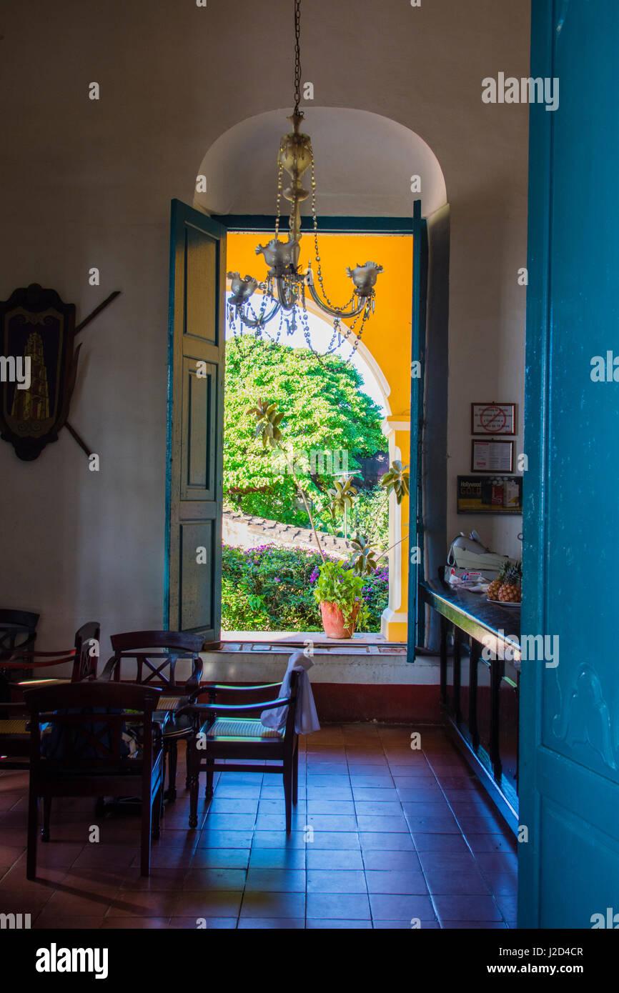 Kuba, Provinz Sancti Spiritus. Valle de Los Ingenios. Manaca Iznaga Plantage. Blick durch ein offenes Fenster. Stockbild