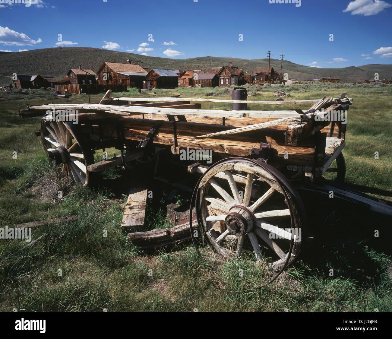USA, Kalifornien, Bodie State Historic Park, einem alten Wagen und Gebäuden in einer westlichen Geisterstadt. Stockbild
