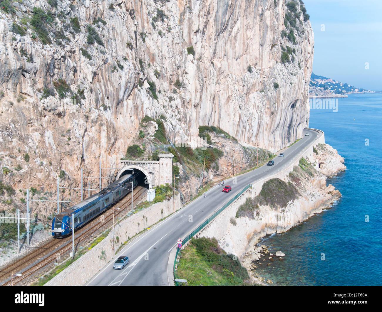 Eisenbahn und Straße IN A TOPOGRAPHISCH UNFREUNDLICHE REGION (Luftbild). Beaulieu-Sur-Mer bis Eze Bord de Mer, Stockbild