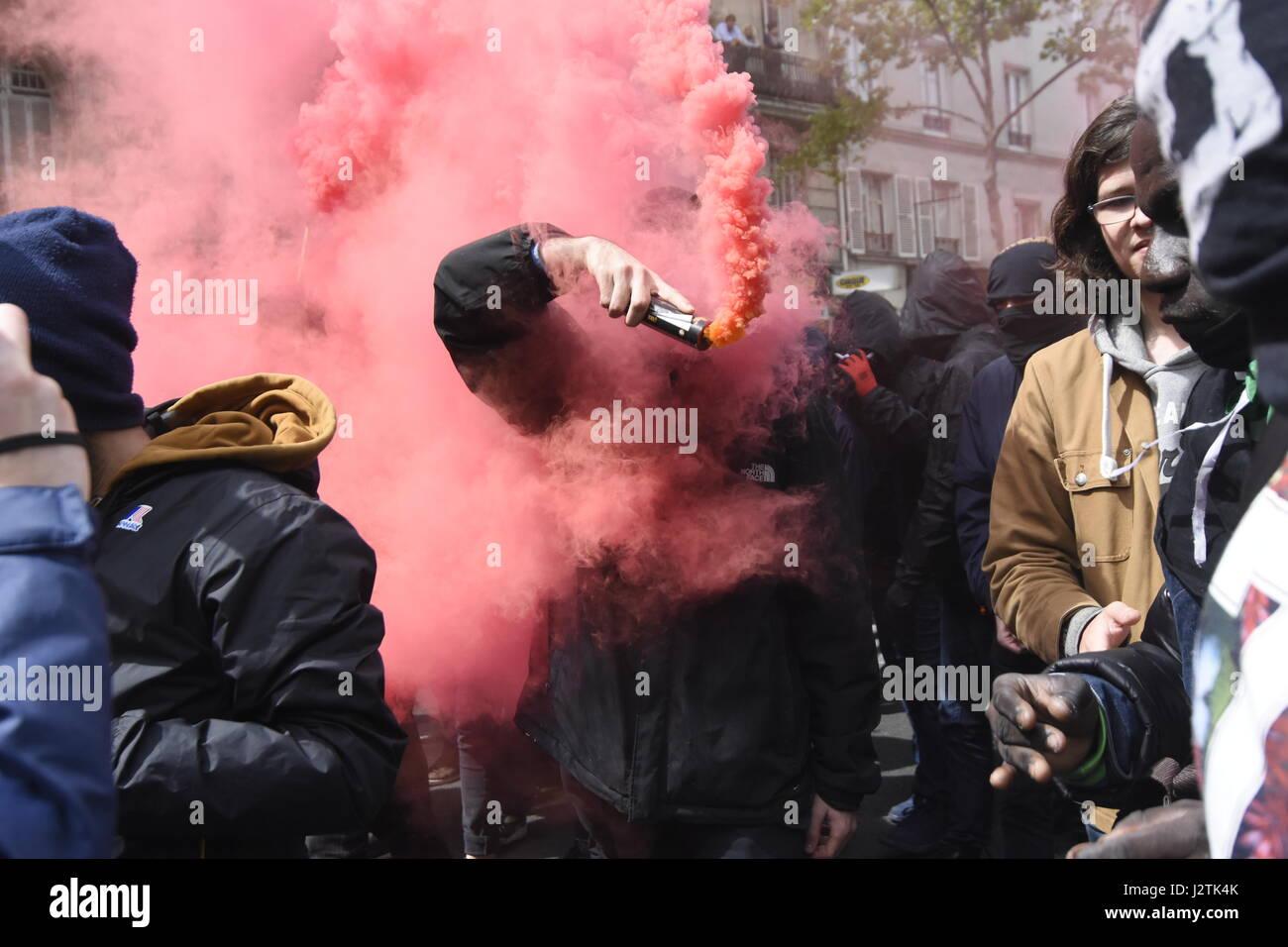Paris, Frankreich. 1. Mai 2017. Demonstration in Paris, das Vorhandensein von Marine Le Pen und Emmanuel Macron Stockfoto