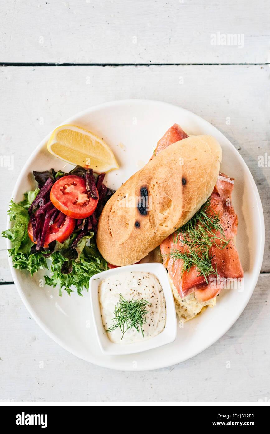 skandinavische gesunde frisches geräuchertes Lachses Sandwich mit Ei und saurer Sahne set Mahlzeit Stockbild