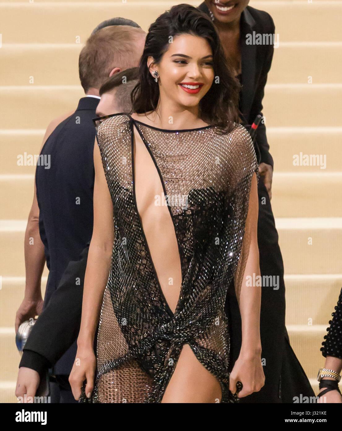 """New York, USA. 1. Mai 2017. Kendall Jenner besucht die """"Rei Kawakubo/Comme des Garcons: Kunst der dazwischen"""" Costume Stockfoto"""