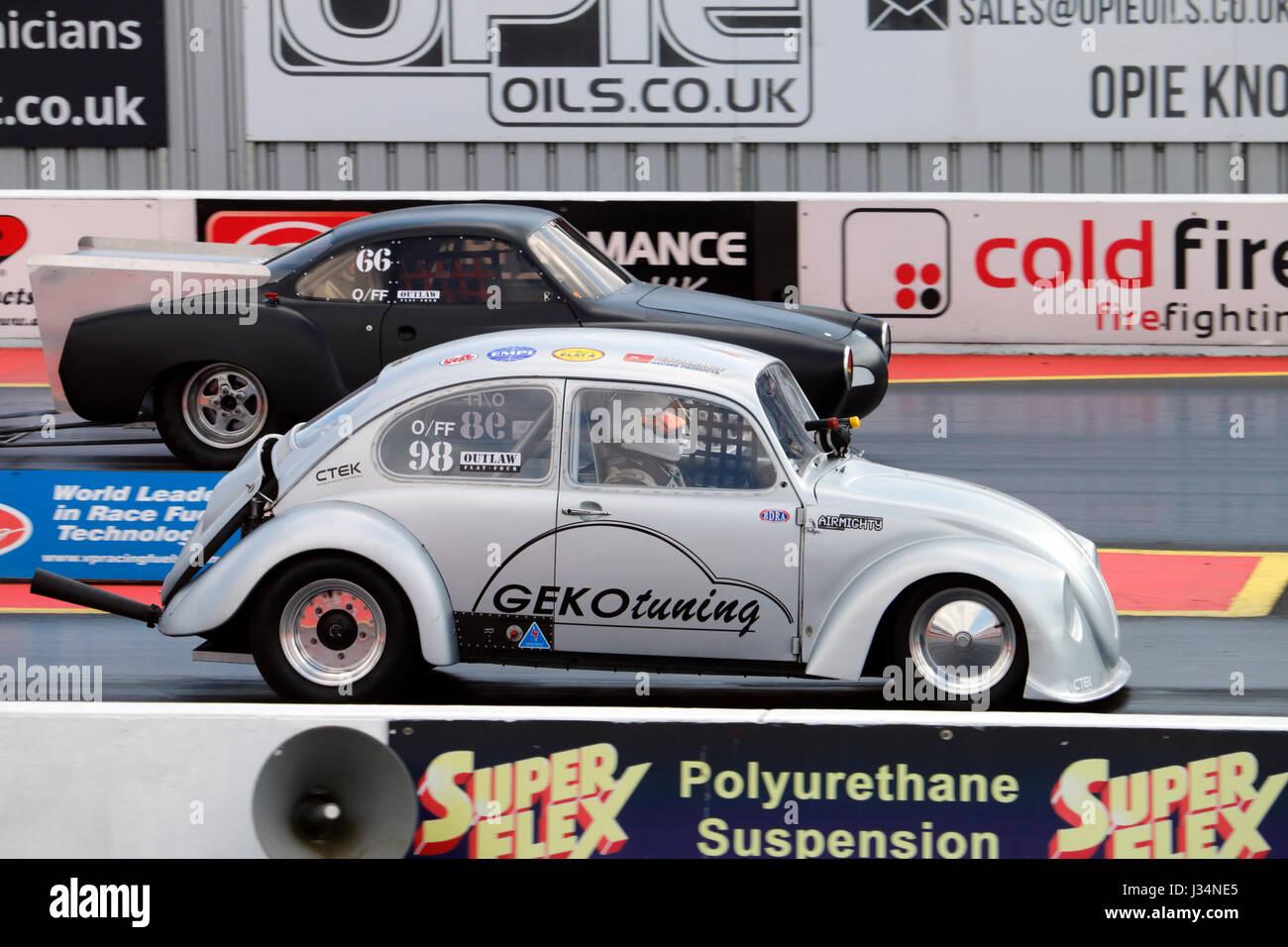 Zwei VW Hot Rods auf dem Santa Pod raceway Stockbild