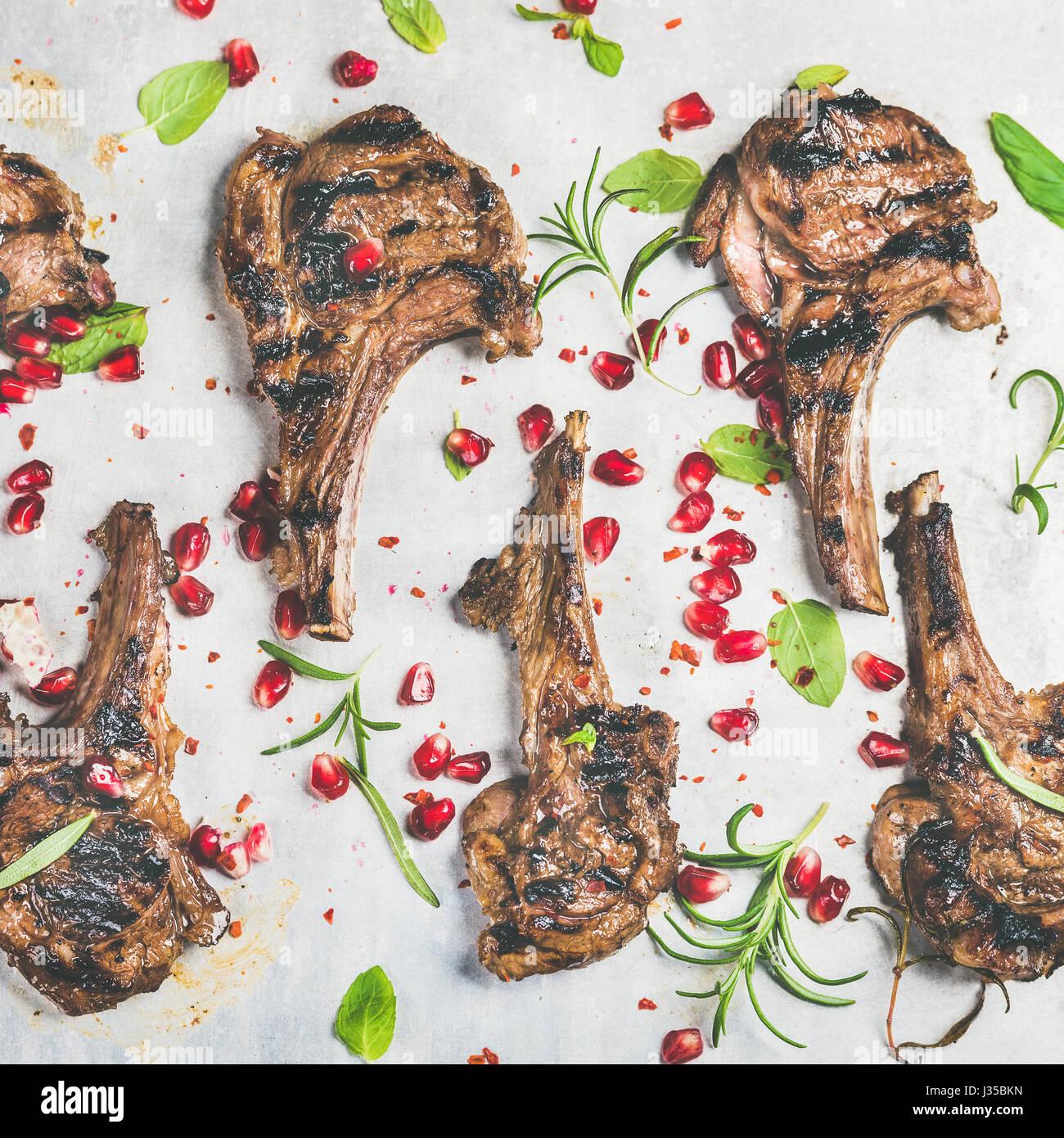 Slow-Food-Abendessen mit gegrilltem Lamm Rippen und Granatapfel, Kräuter Stockbild