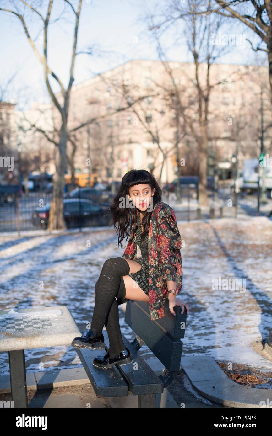 Porträt einer schönen jungen Frau trägt eine Lederjacke Stockbild