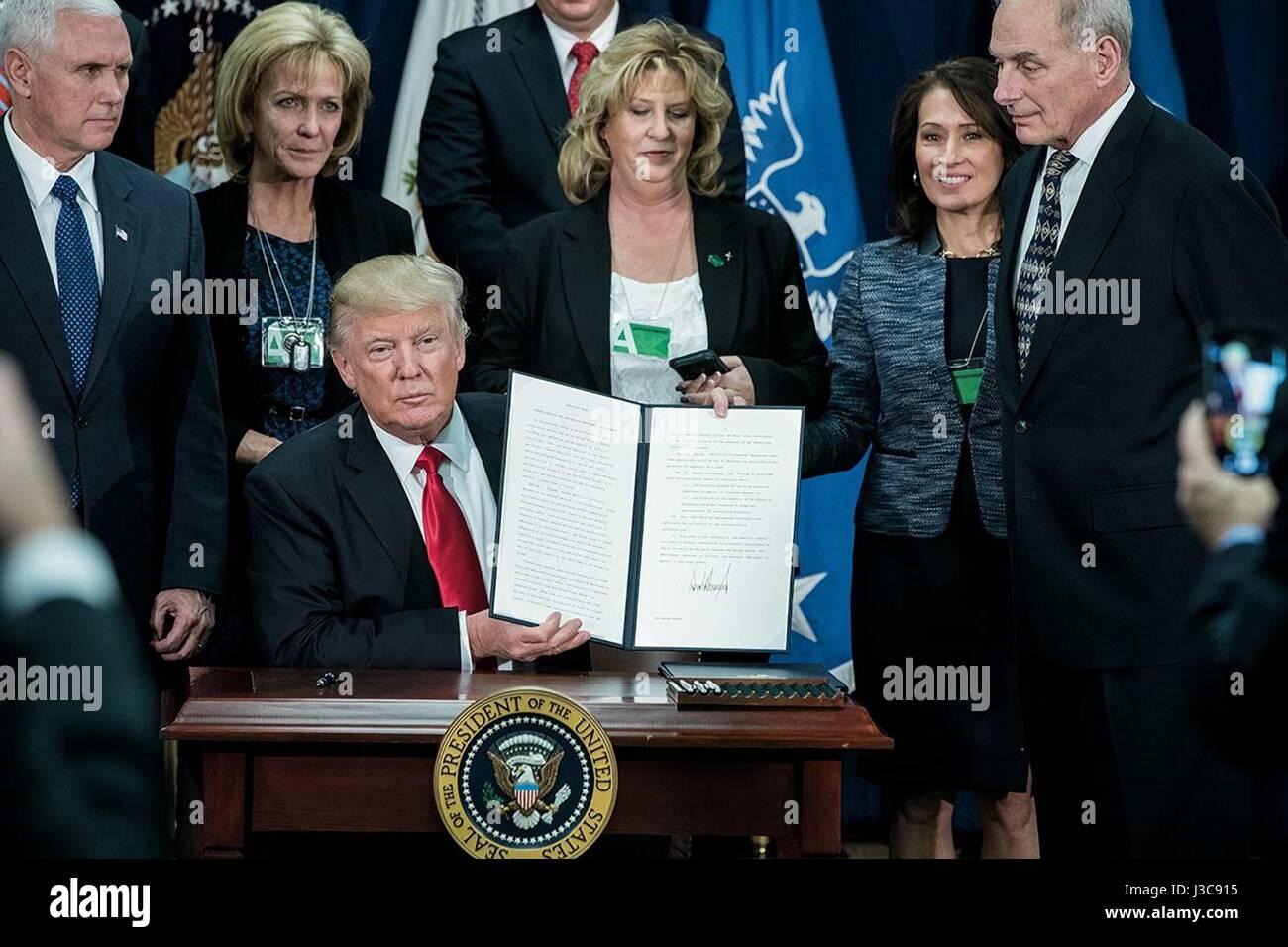 US-Präsident Donald Trump hält die unterzeichnete Ausführungsverordnung Verbesserung Grenze Sicherheit Stockbild