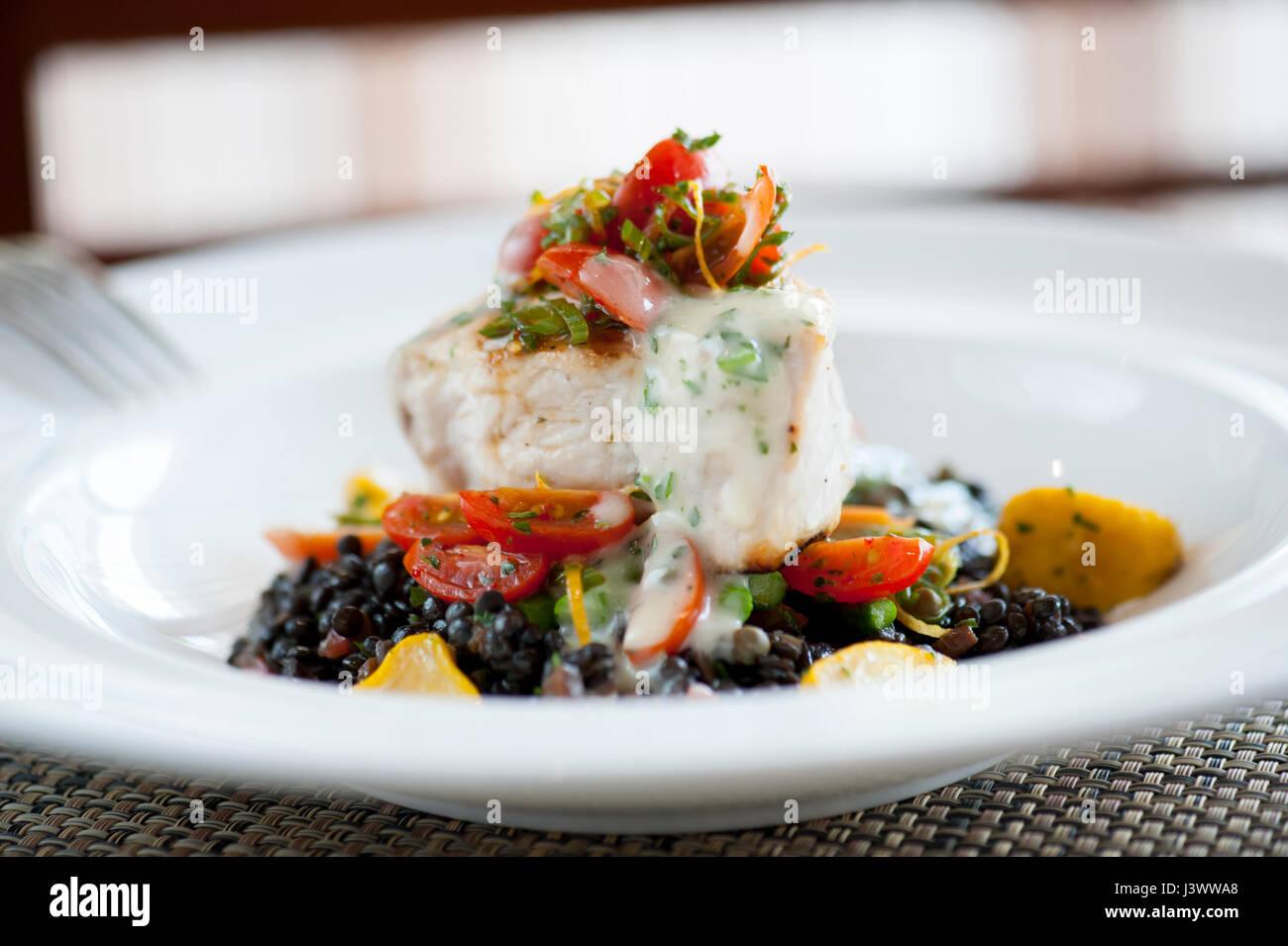 USA Lebensmittel Schwertfischsteak auf einem Bett aus Linsen am Wegpunkt Meeresfrüchte und Grill Williamsburg Stockbild