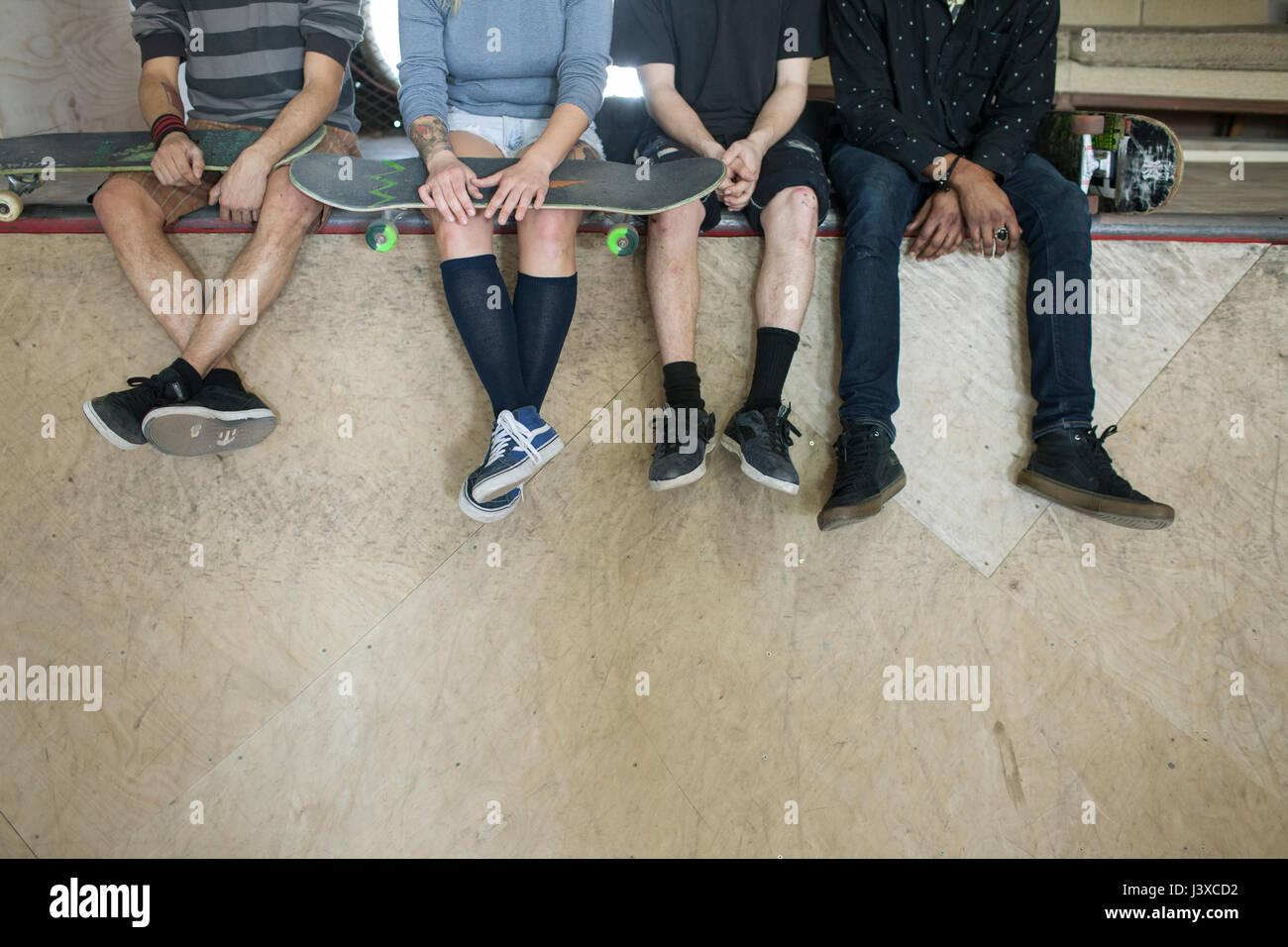 Gruppe junger Erwachsener am Eislaufplatz. Stockbild