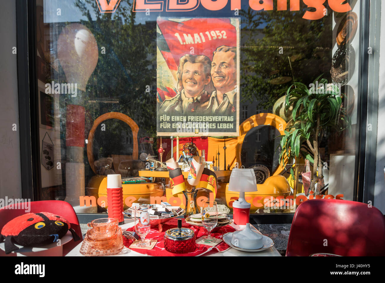 1. Mai 1952 Poster, Schaufenster, VEB Orange, Prenzlauer Berg, Berlin Stockbild