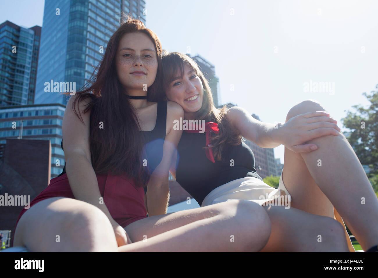 Zwei junge Frauen sitzen Stockbild