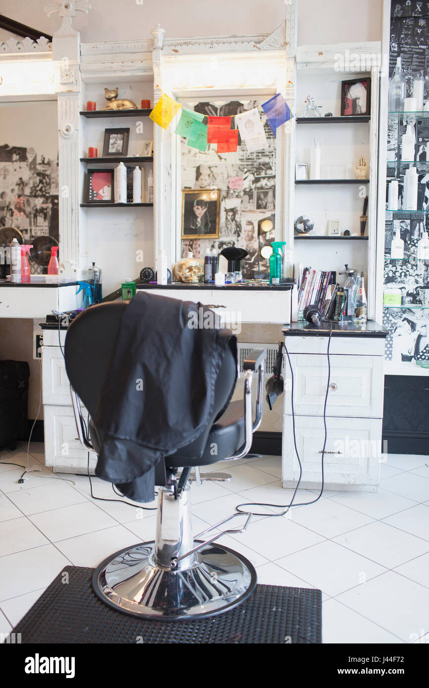 Ein Stuhl in einem Friseursalon. Stockbild