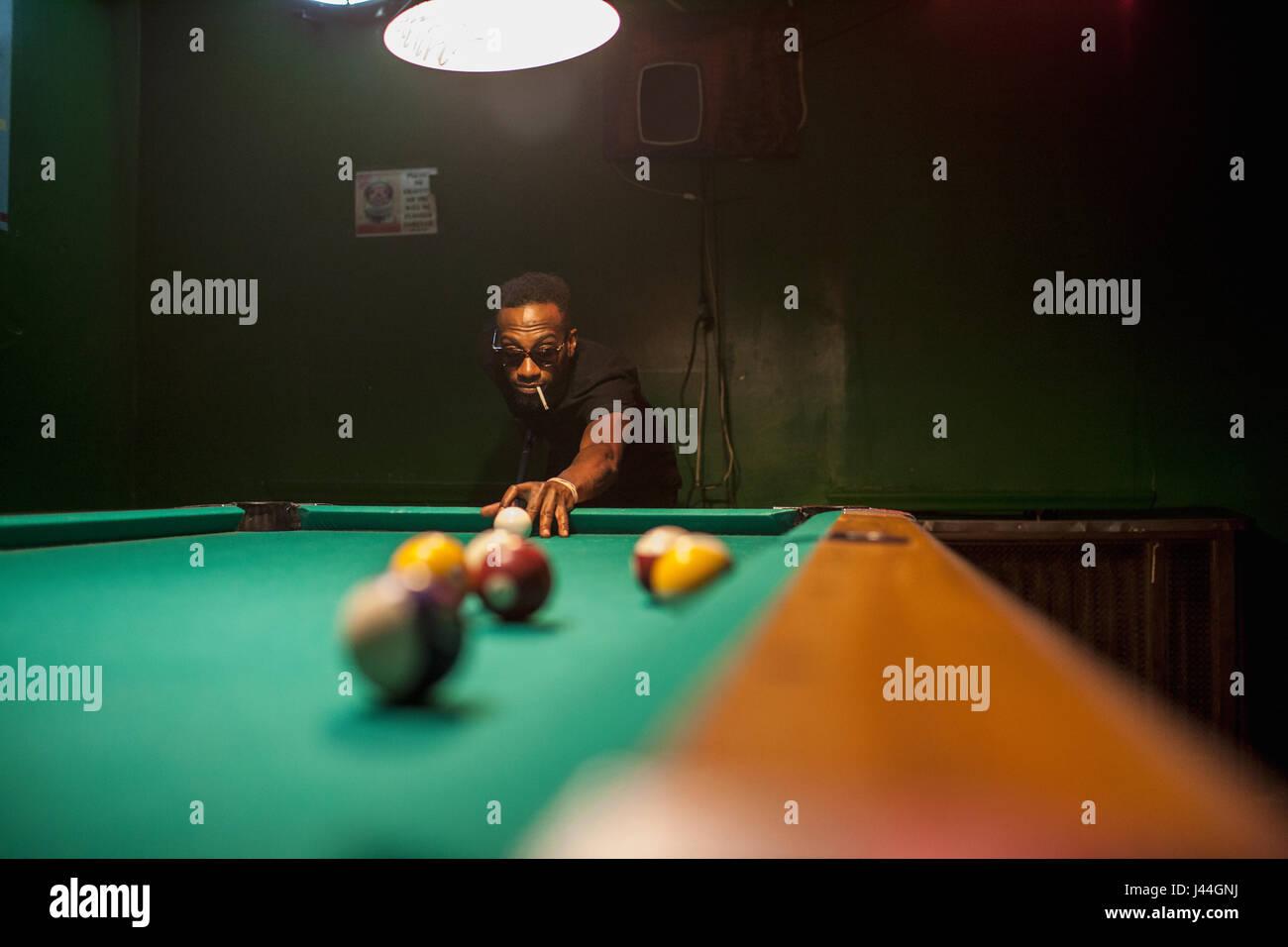 Ein junger Mann, Billard spielen. Stockbild
