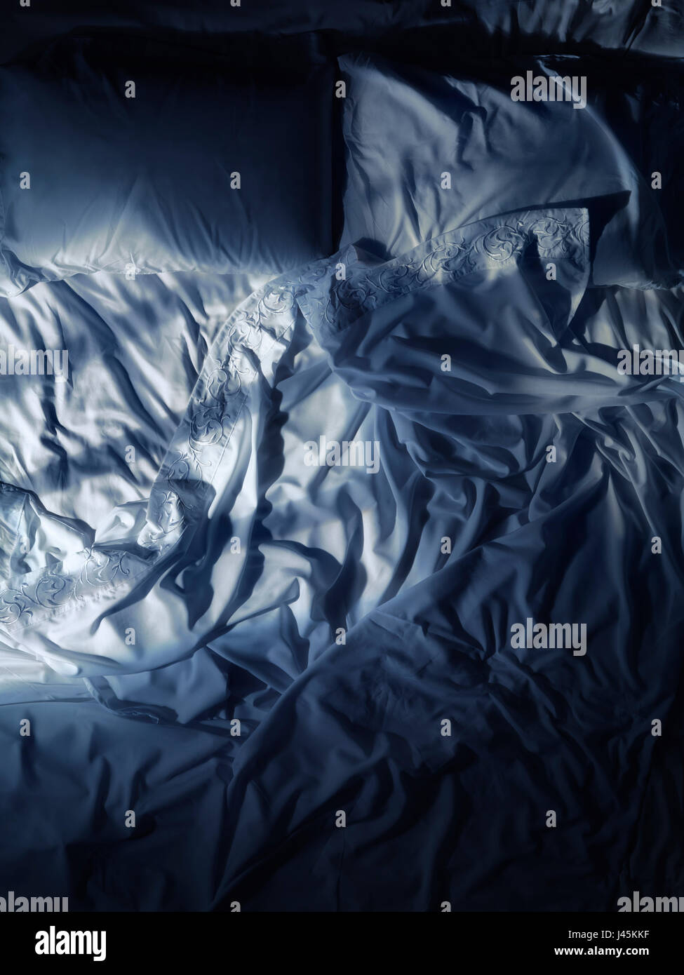 Naturweg leeren, weißen Bett Bettwäsche schummrig bei Mondschein in der Nacht Stockbild