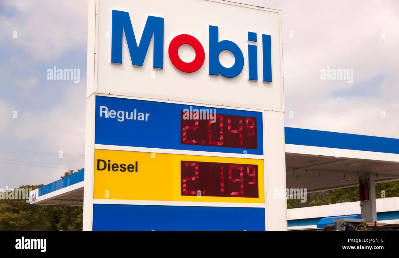 Mobil Zeichen Werbung sehr niedrige Preise an einer Tankstelle. Stockbild