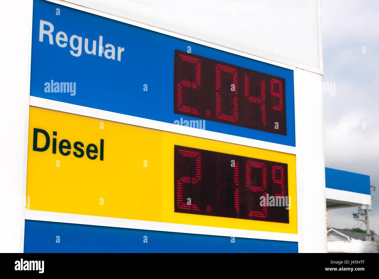 Melden Sie Werbung sehr niedrige Preise an einer Tankstelle. Stockbild