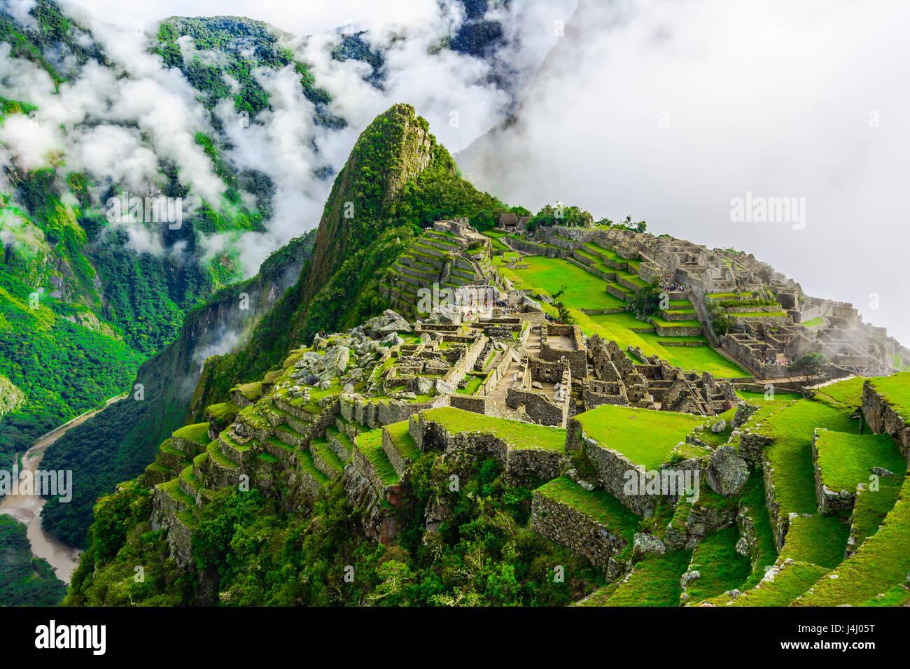 Übersicht über Machu Picchu, Landwirtschaft Terrassen, Wayna Picchu und umliegenden Berge im Hintergrund Stockbild