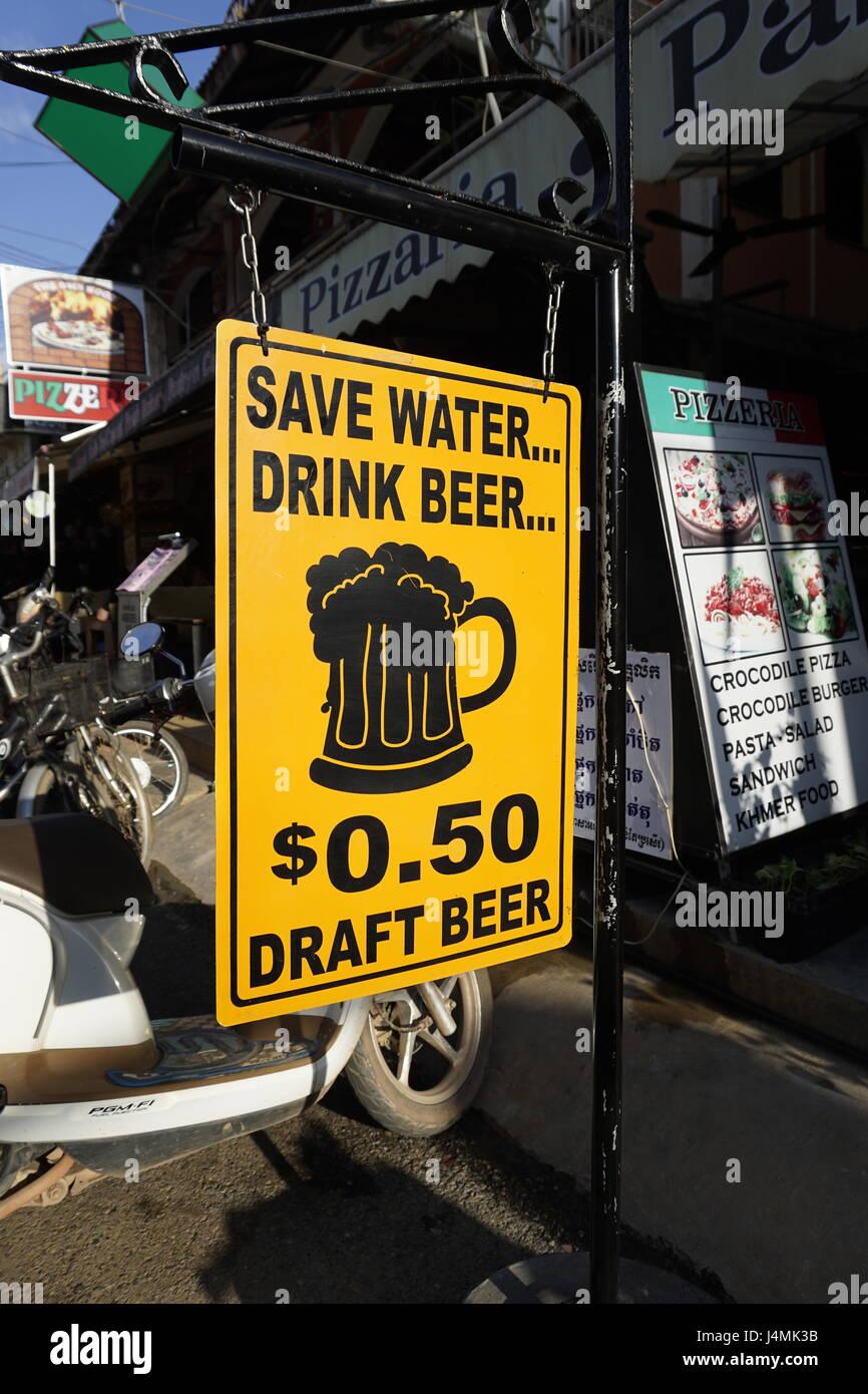 billig Bier im Pub Street, Siam Reap, Kambodscha Stockbild