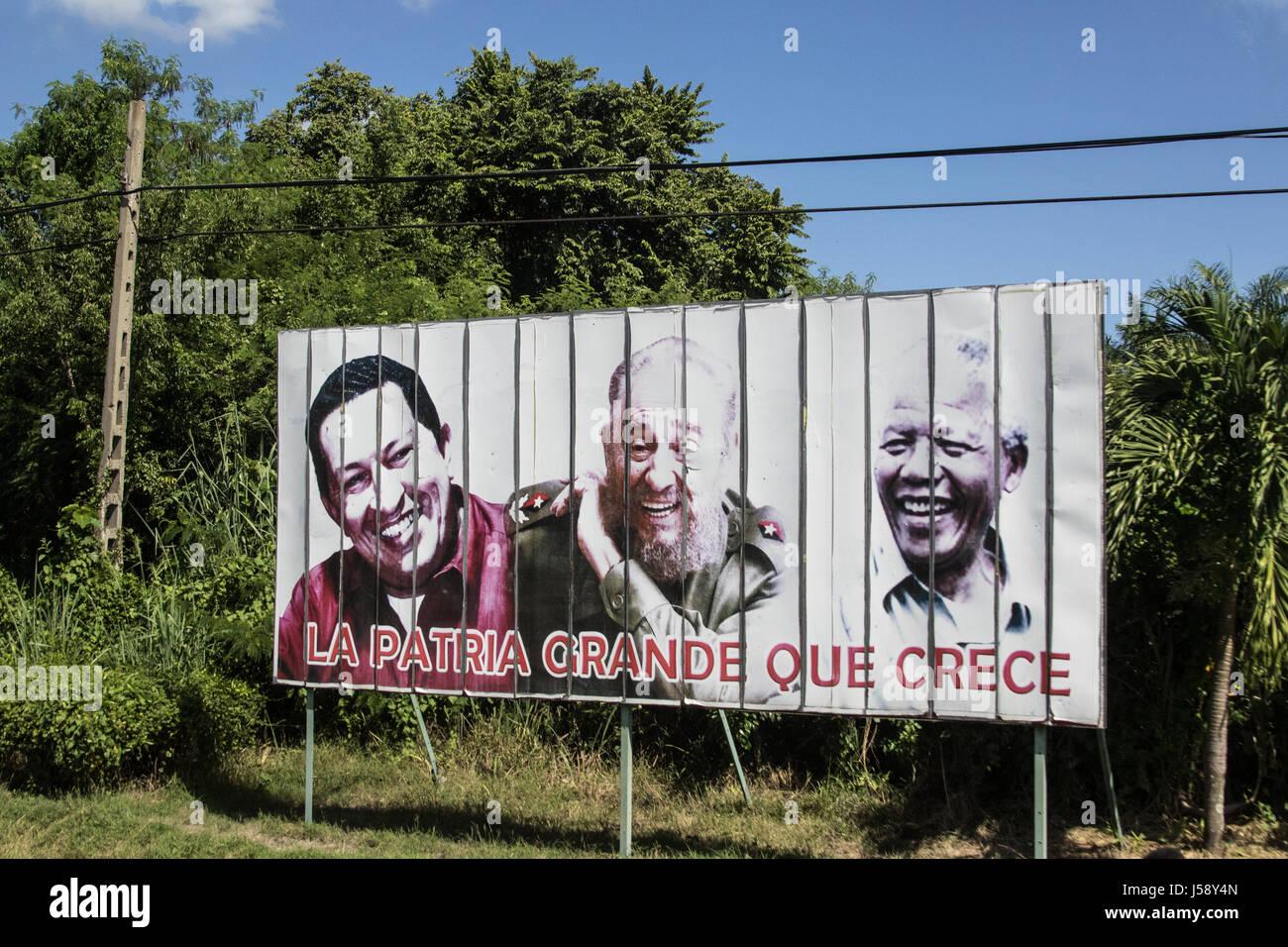 Plakat in Kuba als eine Hommage an Fidel Castro, Mandela und Hugo Chavez Stockbild