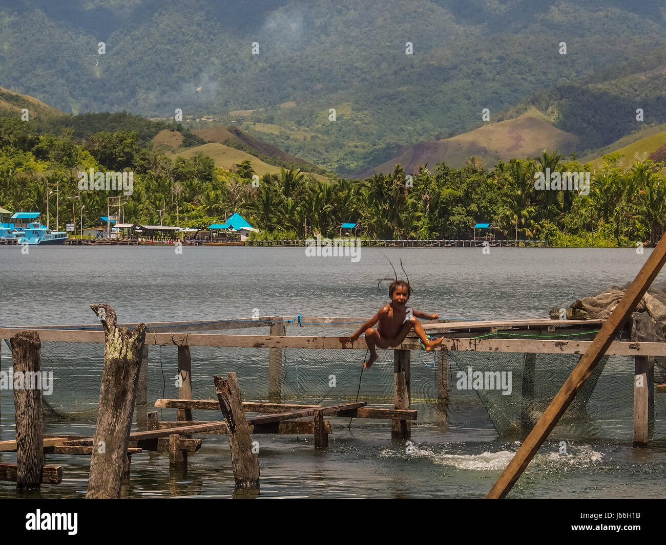 sentani indonesien 24 januar 2015 kinder spielen im wasser auf einem see sentani stockfoto. Black Bedroom Furniture Sets. Home Design Ideas