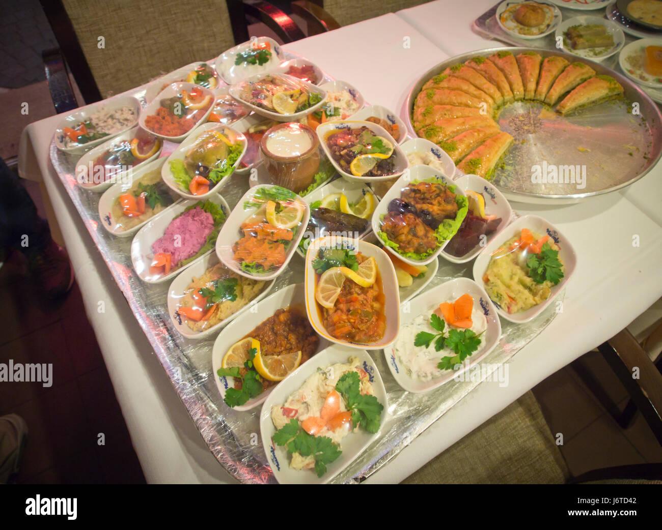 Gehobene Küche in Baku Aserbaidschan, eine Auswahl an Vorspeisen und Süßigkeiten zur Auswahl Stockbild
