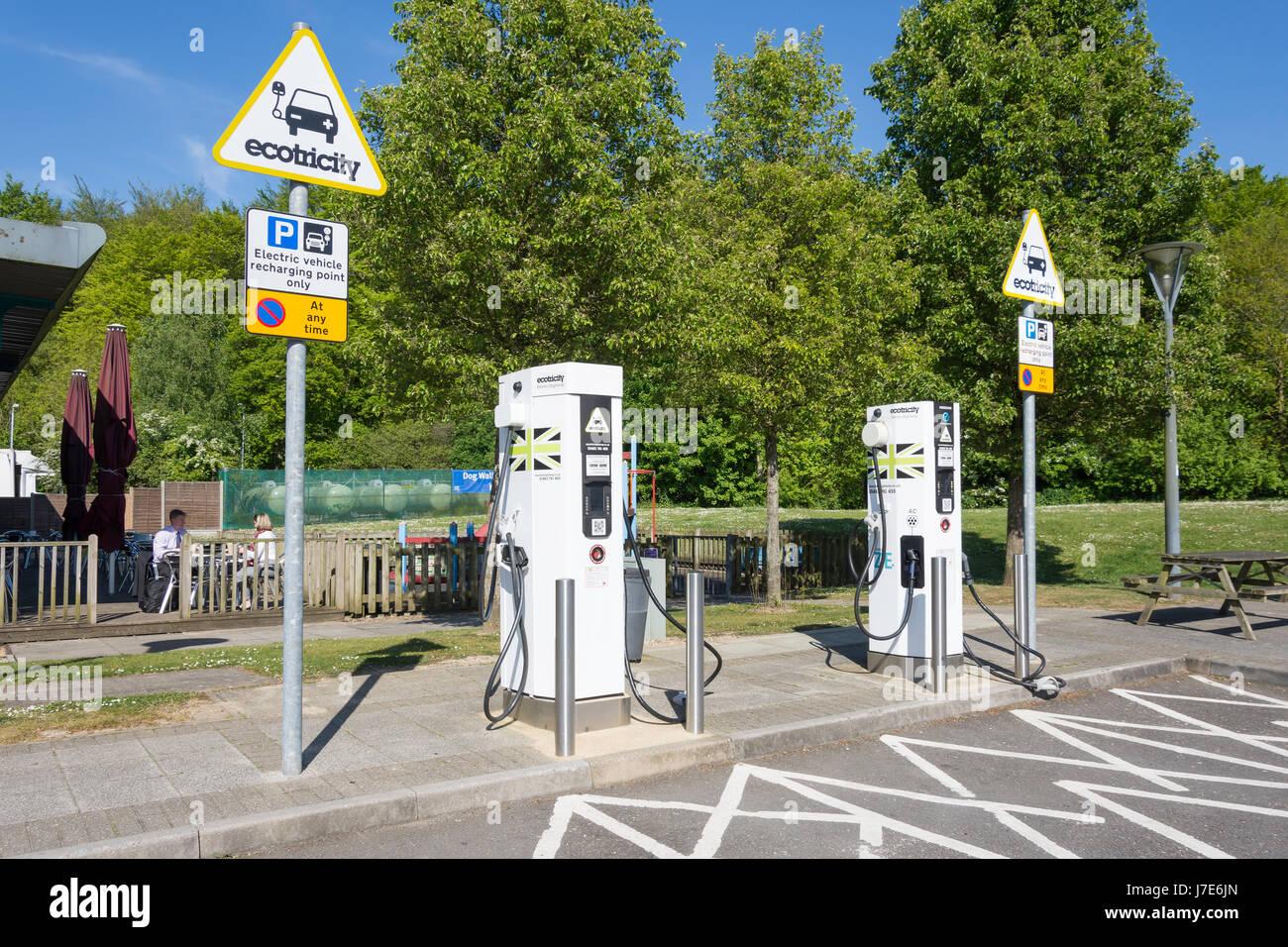 Ecotricity Auto elektrische Ladegerät Klemmen, Winchester M3 Autobahnraststätten, Winchester, Hampshire, Stockbild
