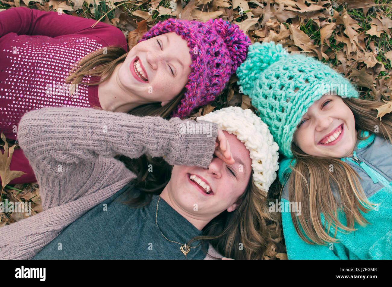 Drei Mädchen Lachen tragen Hüte Stockbild
