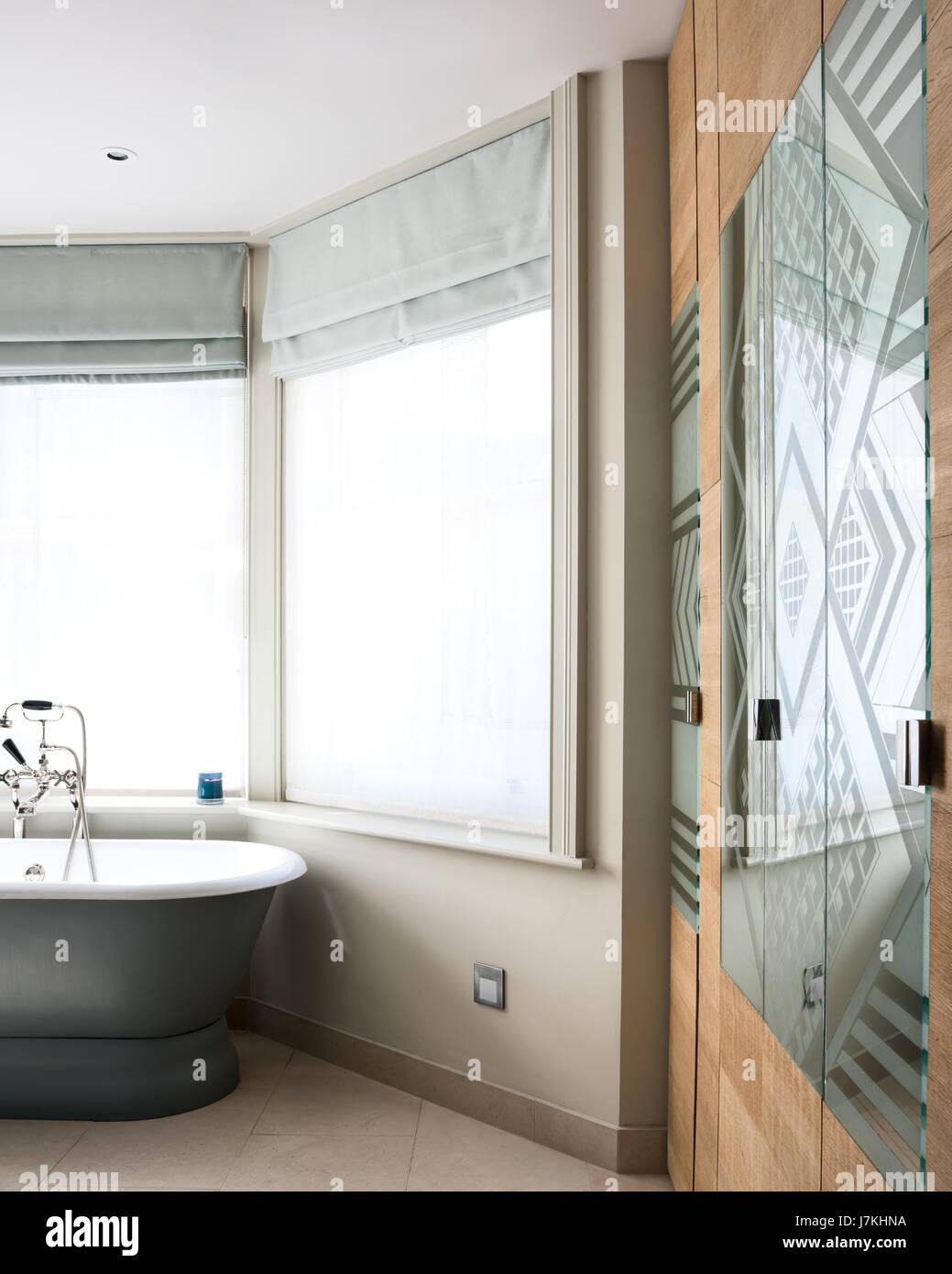 Gemusterte Spiegel Glas im Badezimmer mit freistehender Badewanne ...