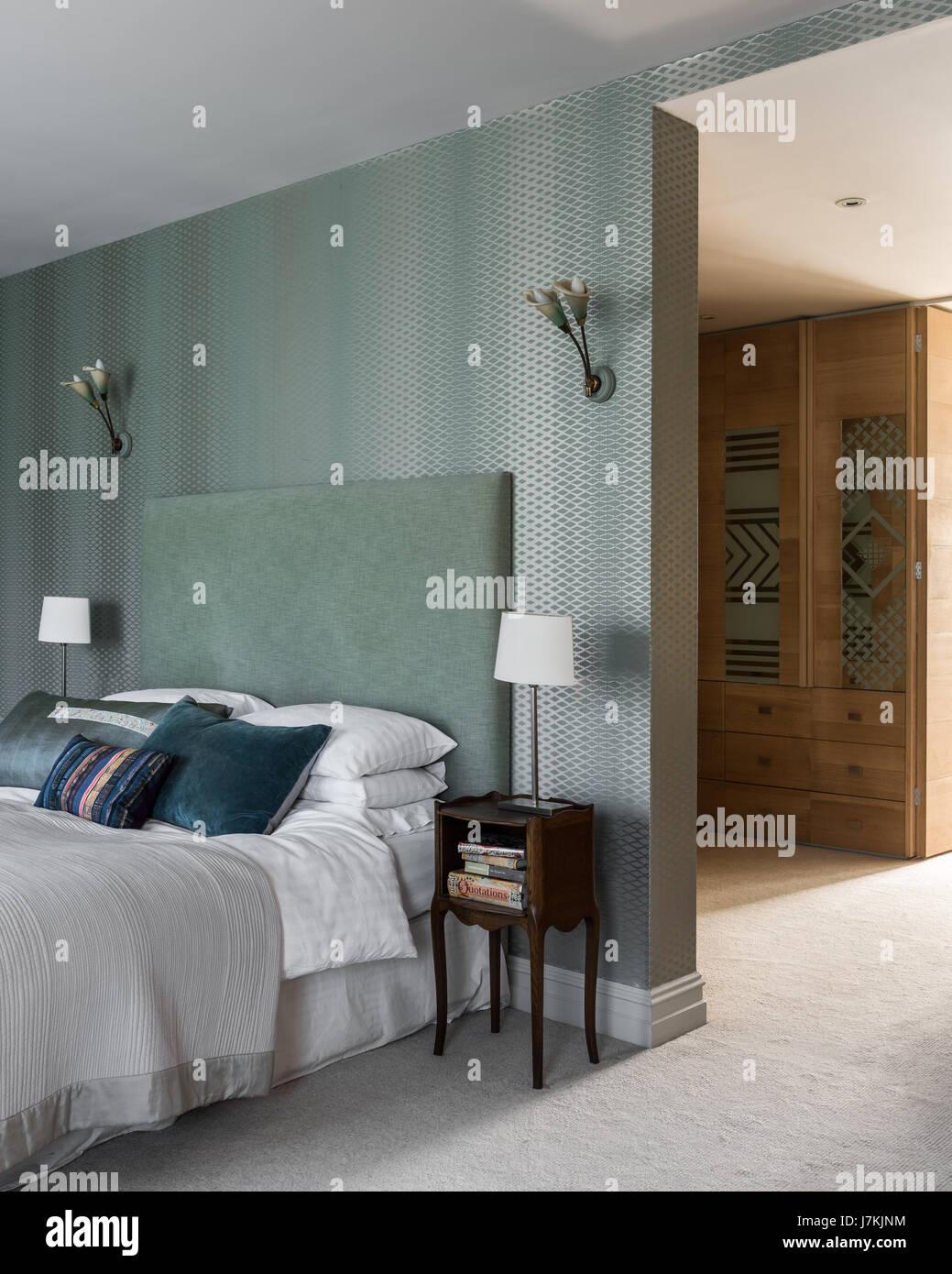 Farrow & Ball Gitter Tapete im Schlafzimmer mit grünen Kopfteil ...
