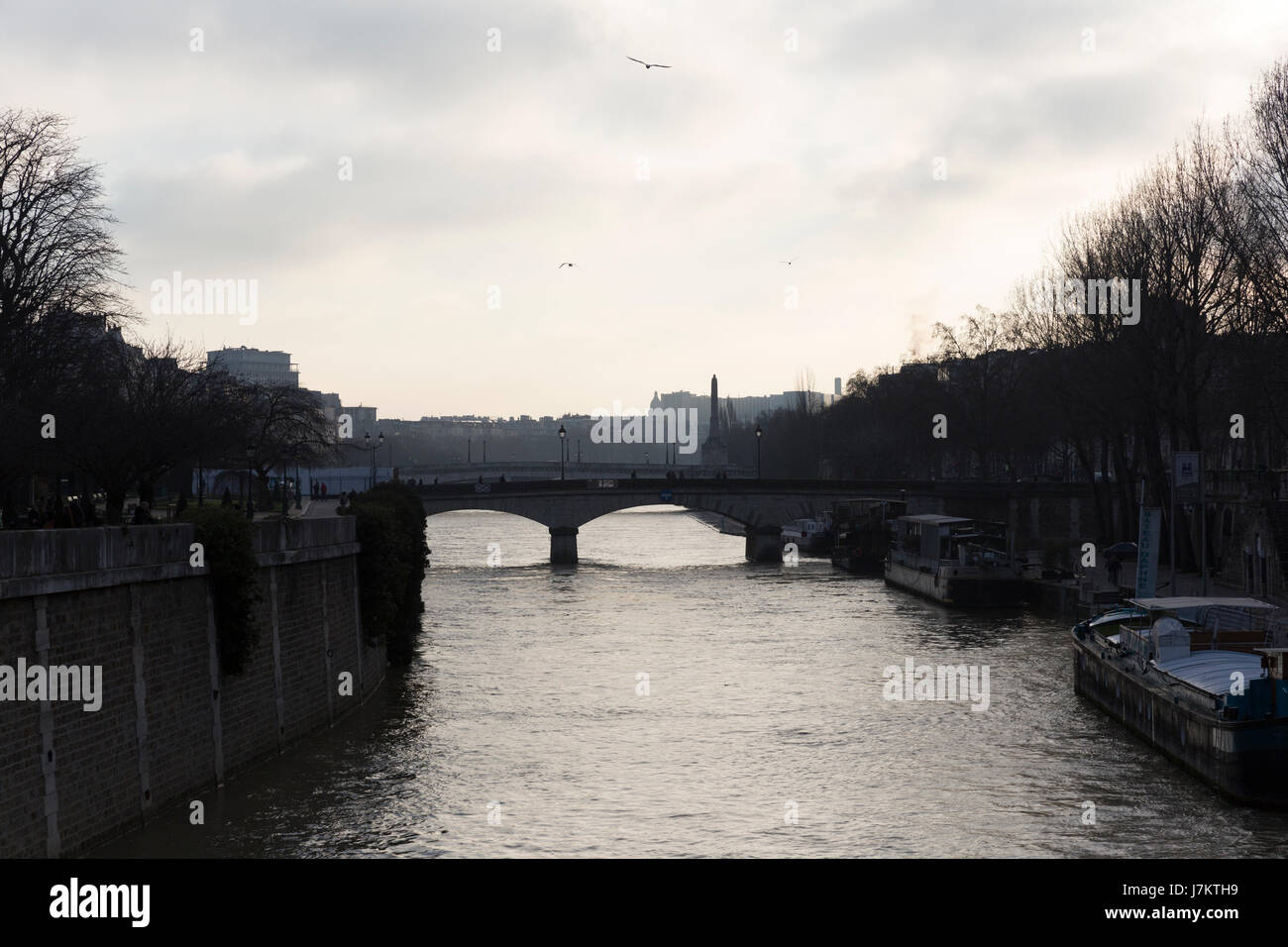 Schiffe sind die Brücke in der Abend vorbei. Stockbild