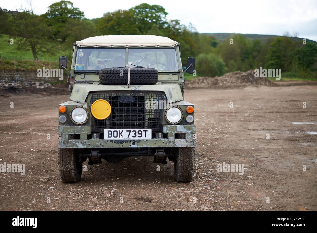 Geringes Gewicht 1/2 Tonne Land Rover in militärische Tarnung Stockbild
