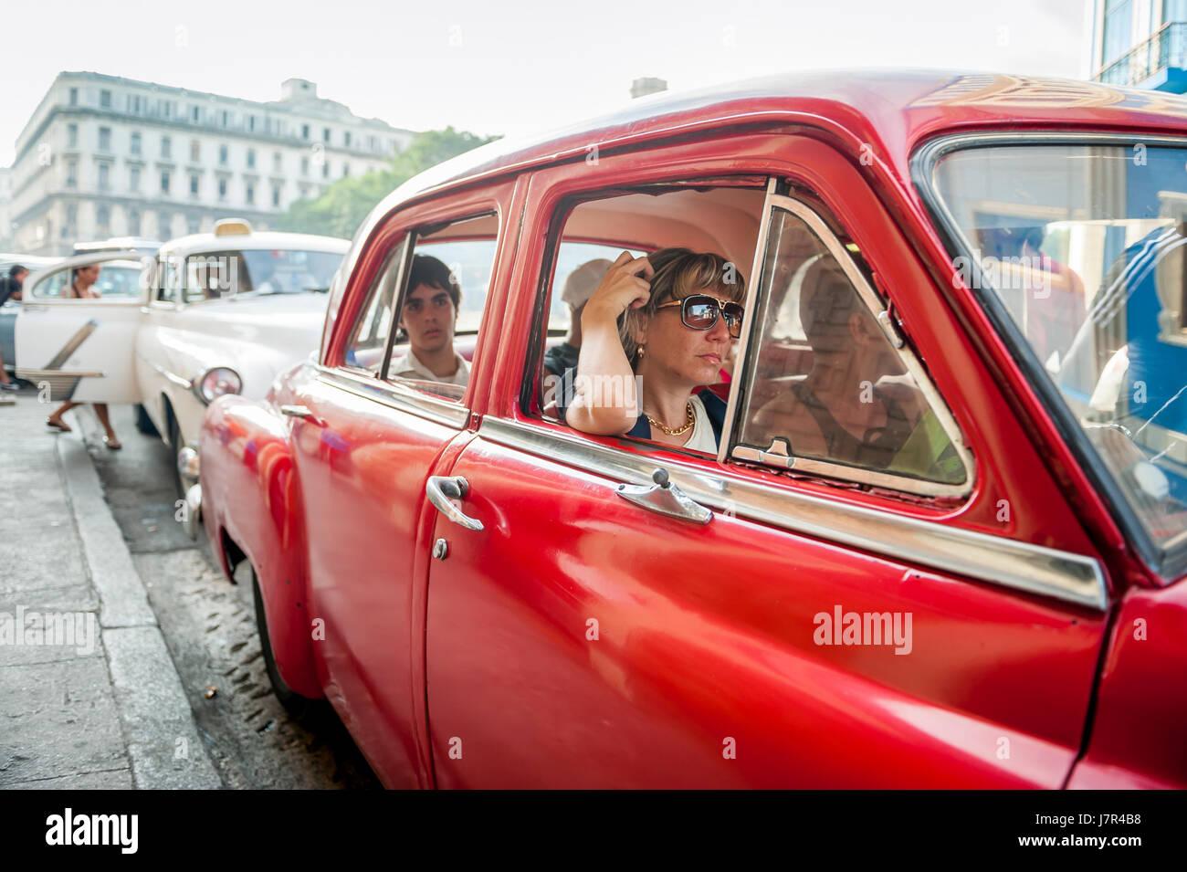Havanna - Juni 2011: Kubanische gemeinsam mit anderen Reisenden ein klassischen amerikanischen Taxi auf einer Straße Stockbild