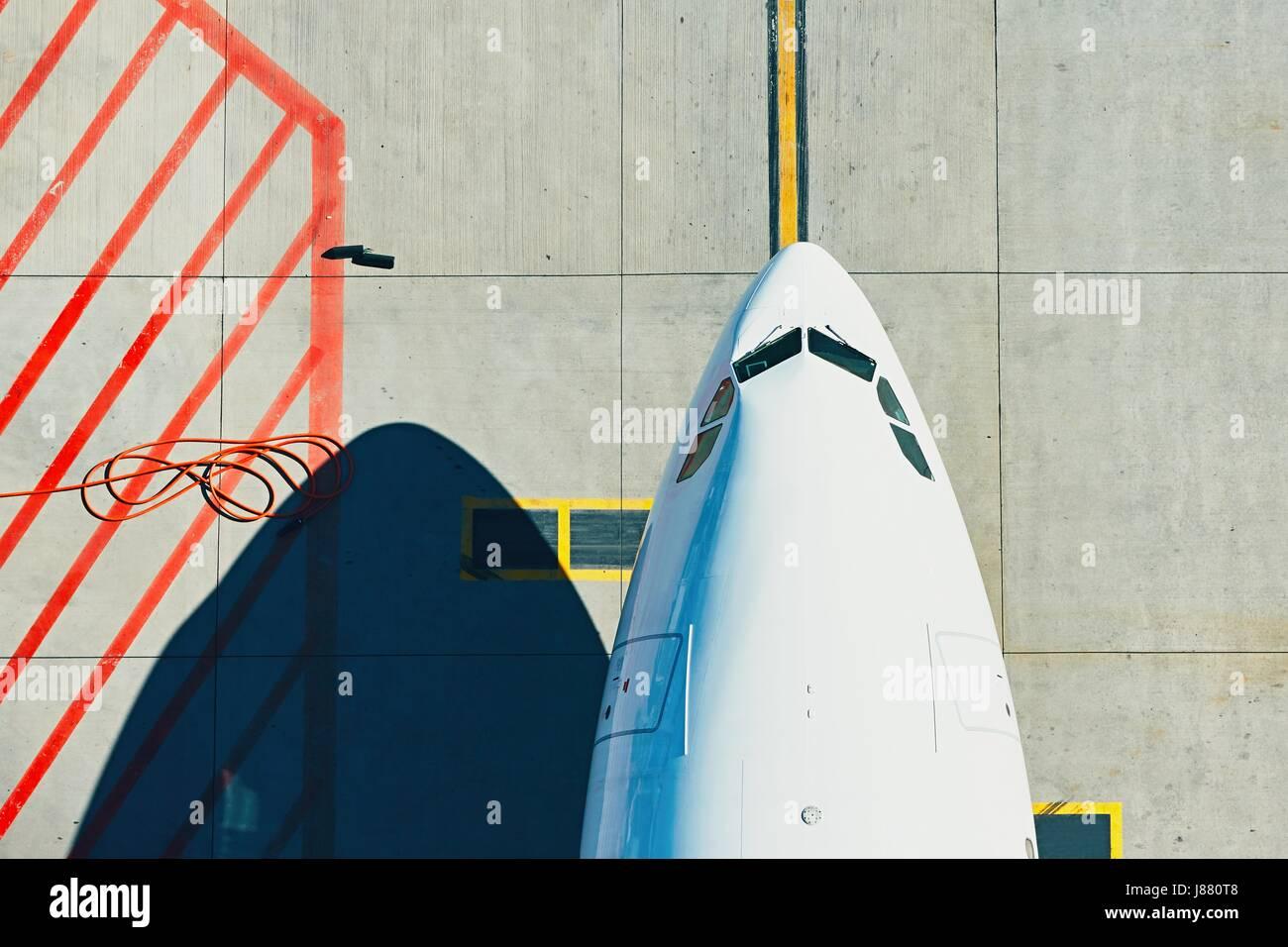 Luftaufnahme des Flughafens. Flugzeug des Rollens zum Terminal. Stockbild