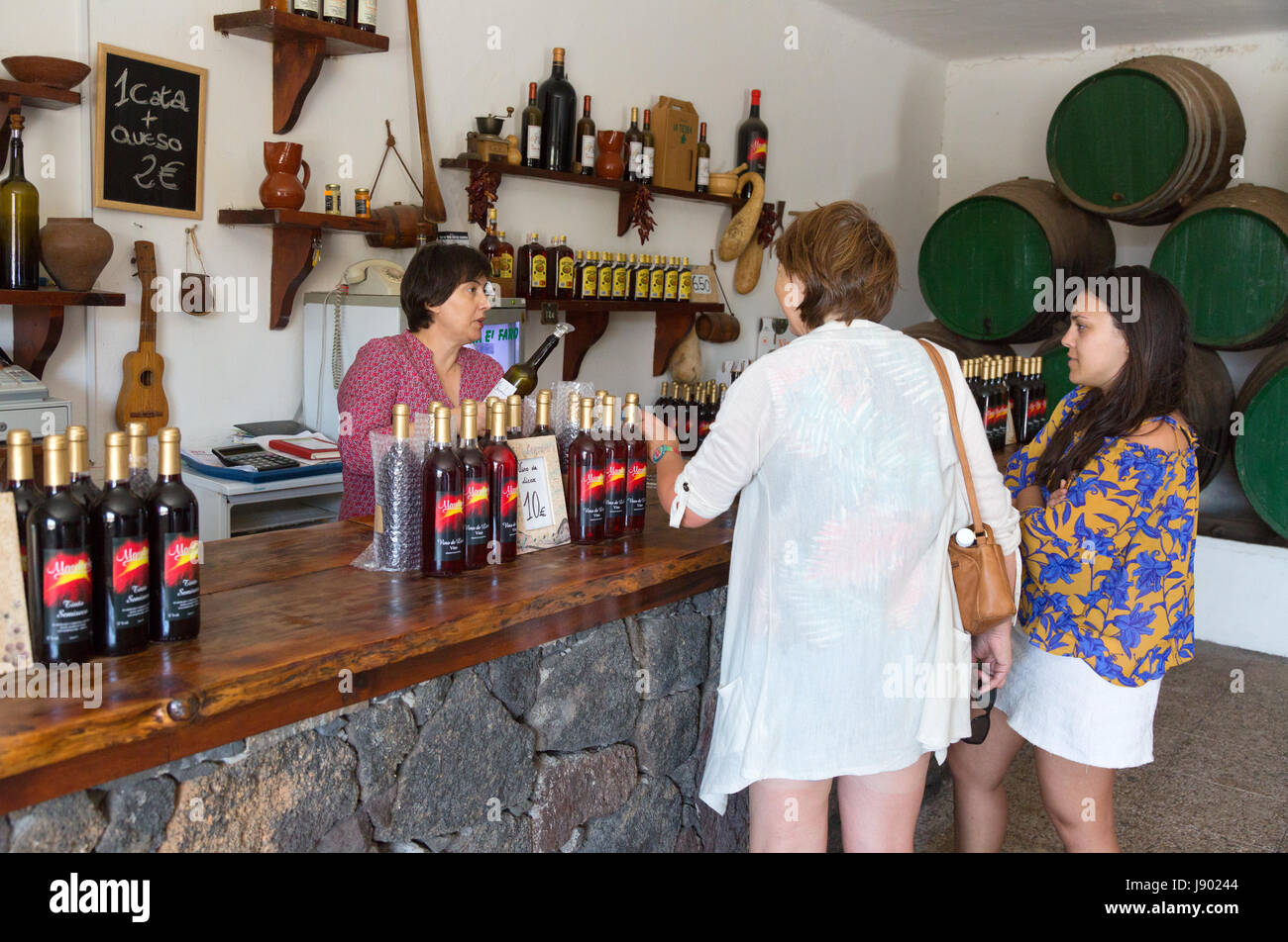 Lanzarote-Wein - zwei Touristen Weinprobe in einem Weingut oder Bodega, Lanzarote, Kanarische Inseln, Europa, Lanzarote Stockbild