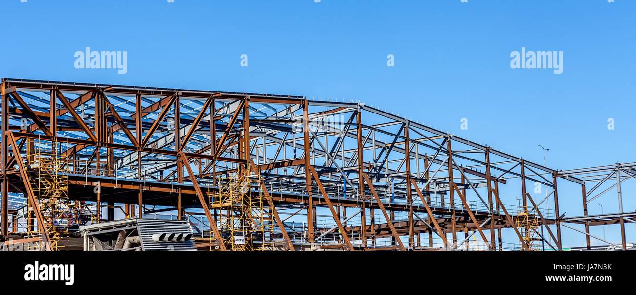 Stahlrahmenkonstruktion einer großen Lagerhalle Stockfoto, Bild ...