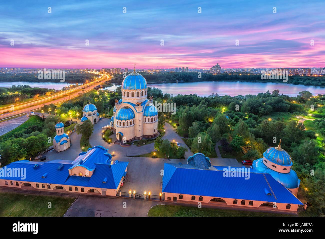 Blick auf Kirche der Heiligen Dreifaltigkeit auf Borisov Teiche am Abend. Orekhovo-Borisovo, Moskau, Russland Stockbild