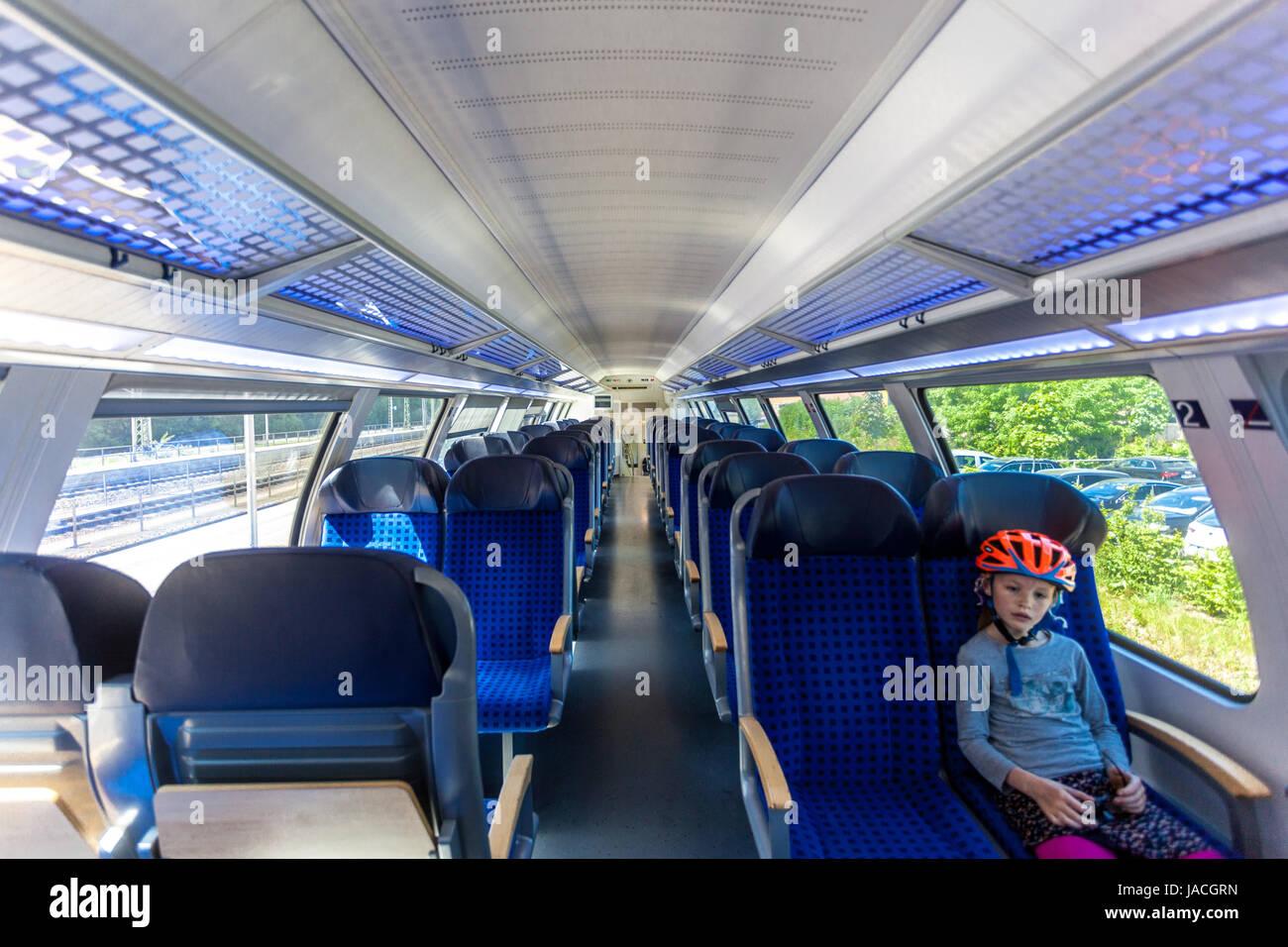 Regionalzug, Mädchen im Zug, Bahnhof Bad Schandau, Sächsische Schweiz, Deutschland, Europa Stockbild