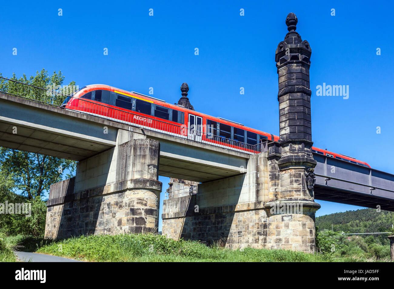 Regionale Zug passiert Eisenbahnbrücke, Bad Schandau, Sächsische Schweiz, Deutschland, Europa Stockbild