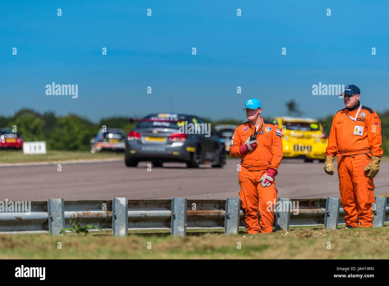 Ein Motorsport-Marschall auf seinem Posten bei der 2017 BTCC treffen in Thruxton stationiert. Stockbild