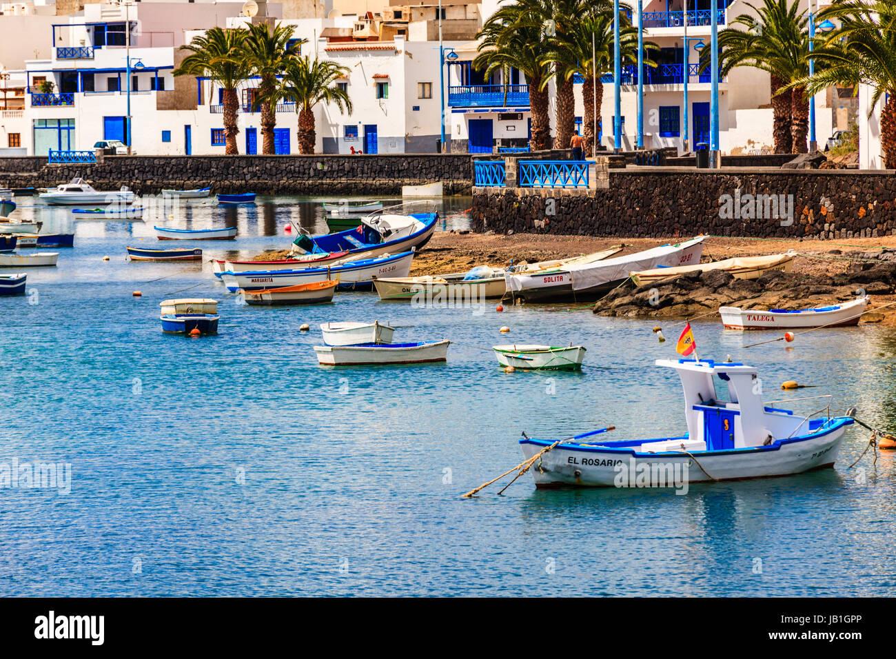 Kleine Fischerboote in der Lagune in der Hauptstadt Arrecife auf Lanzarote. Stockfoto