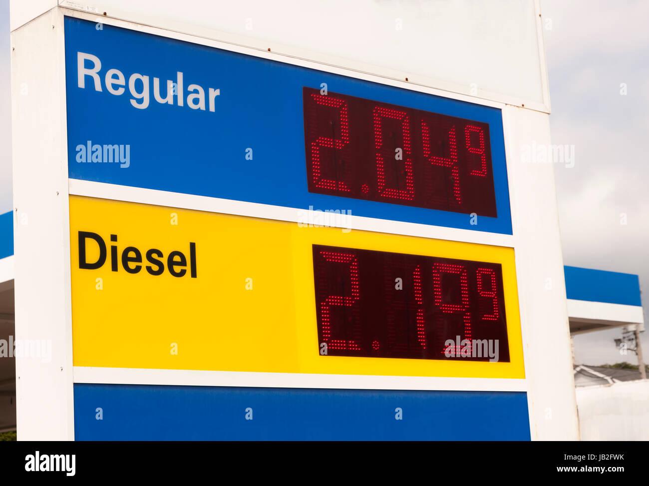 Tankstelle Zeichen Werbung sehr niedrige Preise an einer Tankstelle. Stockbild