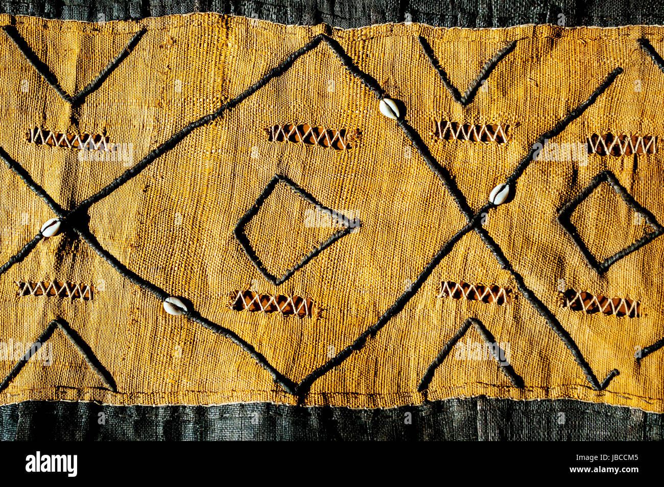 Kuba-Bast-Tuch aus der Demokratischen Republik Kongo in Studioumgebung Stockbild