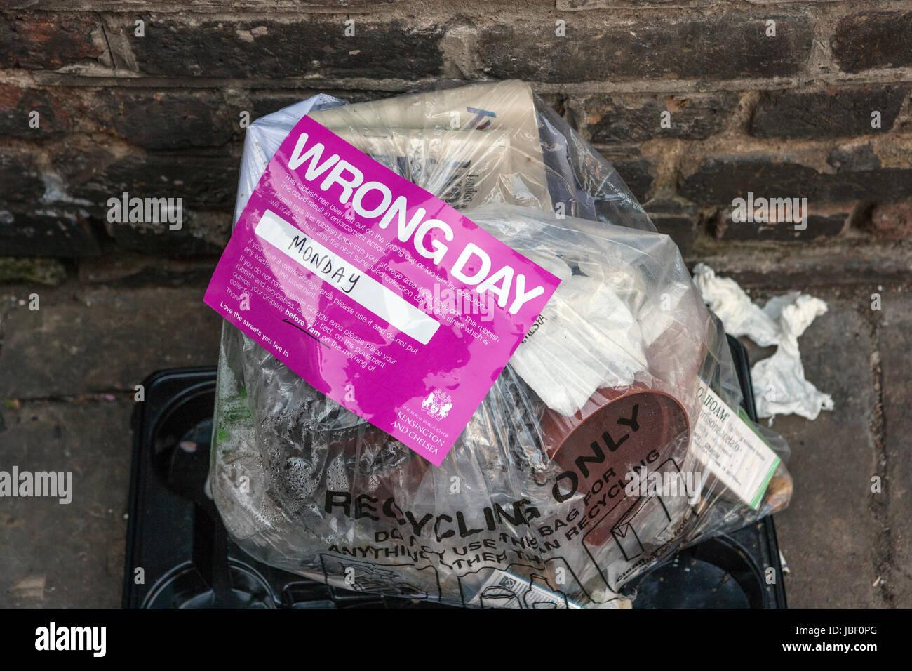 Recycling Müllbeutel mit falschen Tag Warnaufkleber, Kensington und Chelsea, London Stockbild