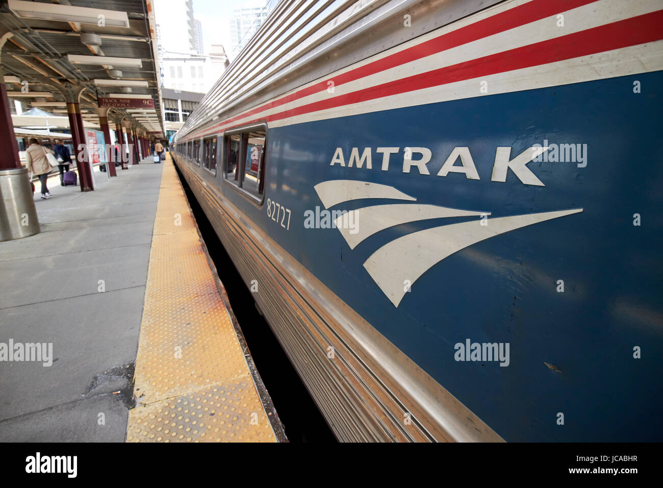 Amtrak Logo auf einen Regionalzug in South Street Station Boston USA angekommen Stockbild