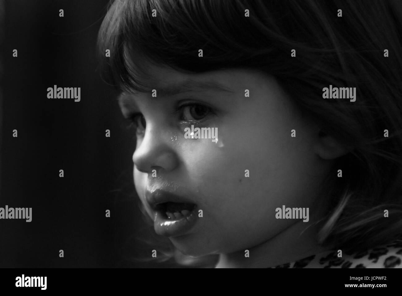 weinendes mädchen schwarz weiß