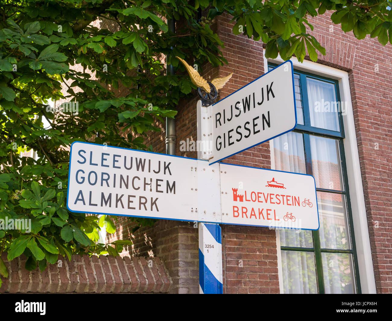 Nostalgische ANWB Wegweiser oder Straße anmelden Altstadt Festungsstadt Woudrichem, Noord-Brabant, Niederlande Stockbild