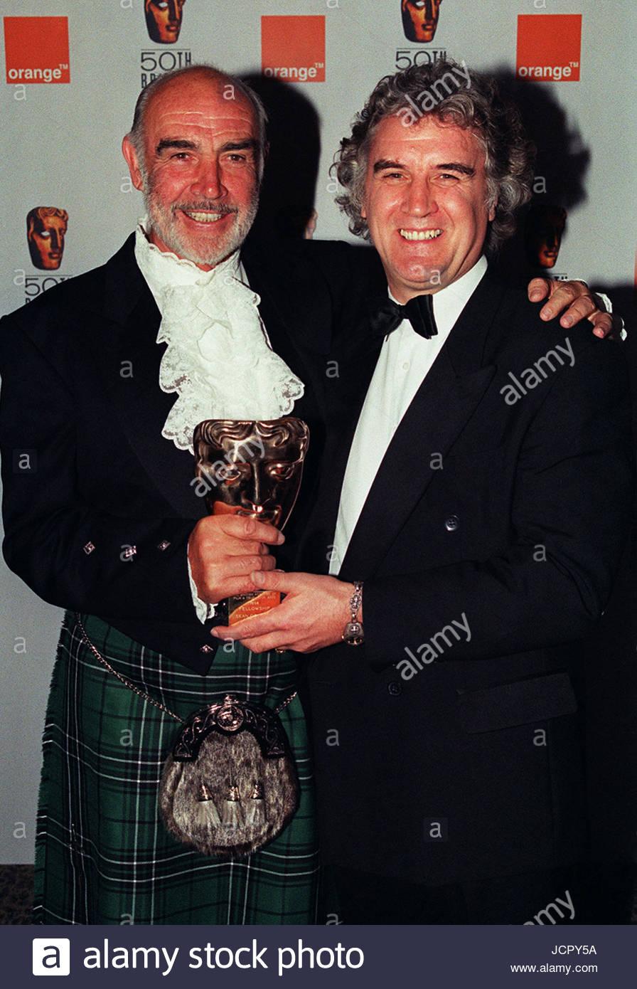 """Datei Foto datiert 19.04.98 Sean Connery (links) feiert seine besondere Auszeichnung für eine """"Lifetime Stockbild"""