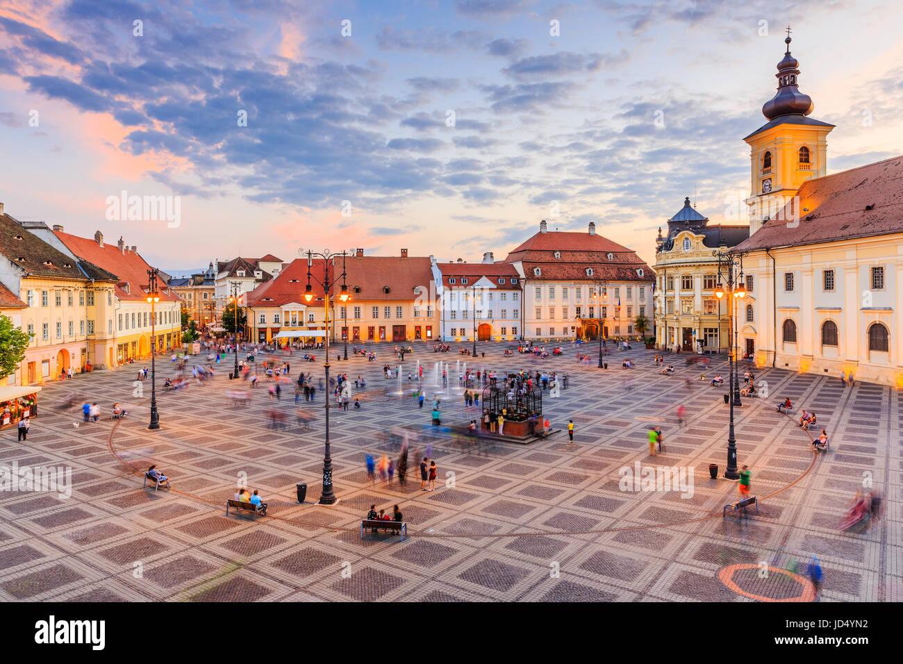 Sibiu, Rumänien. Großen Ring (Piata Mare) mit dem Rathaus und Brukenthal Palast in Siebenbürgen. Stockbild