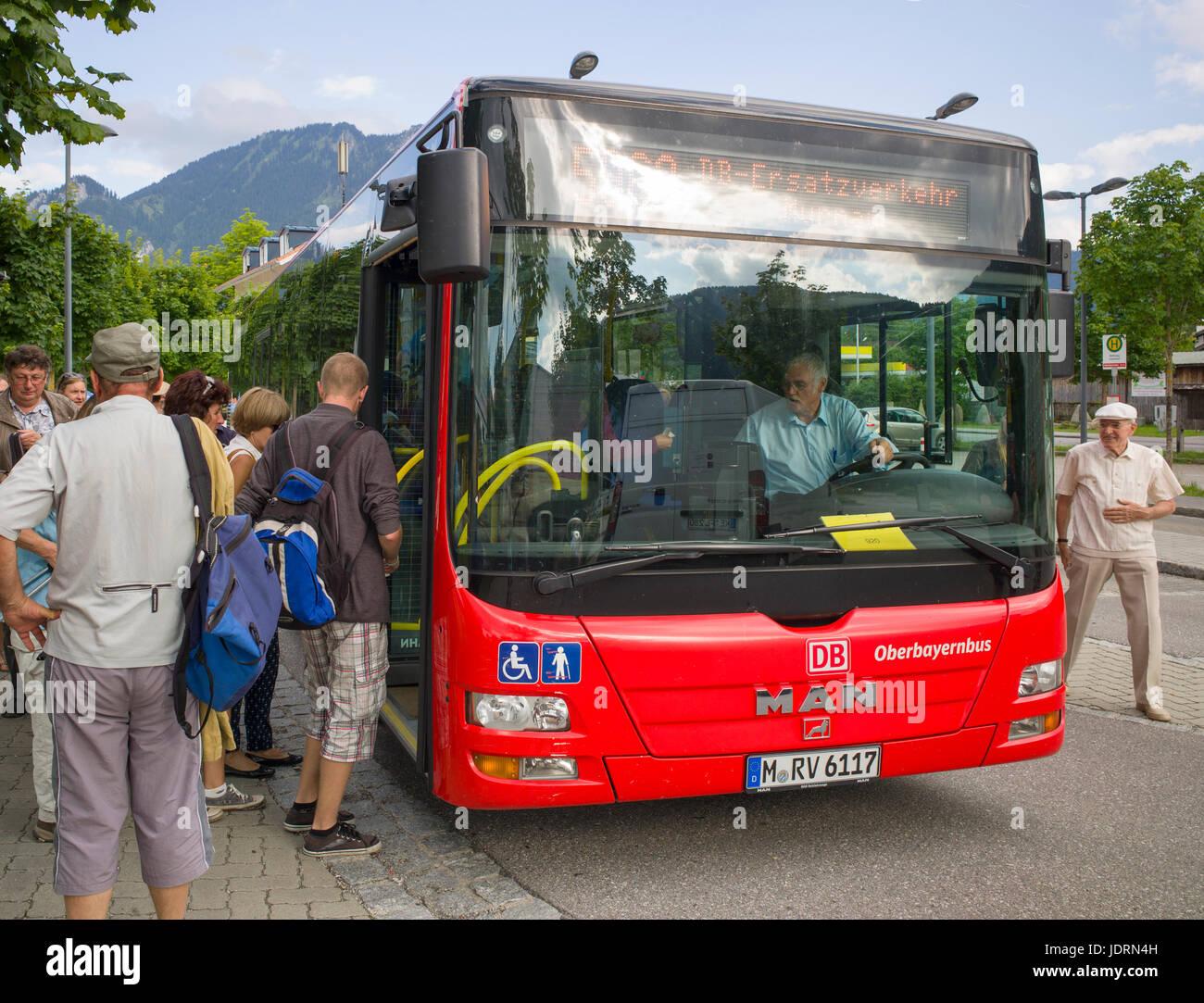 Die Fluggäste Bus durch die Deutsche Bahn ersetzen Zug Service entlang der Ammergauer Tal betrieben. oberammagau, Stockbild